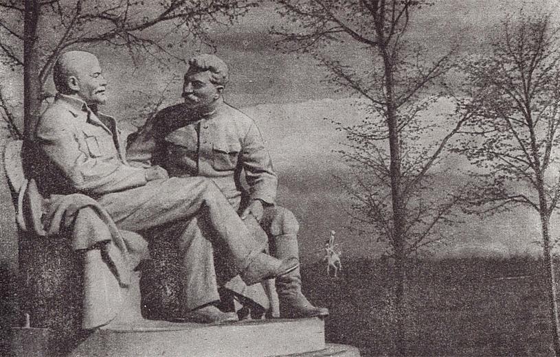 Ю.И. Белостоцкий, Г.И. Пивоваров и Э М. Фридман. В.И. Ленин и И.В. Сталин в Горках. (Бетон и мраморная крошка. 1939.)