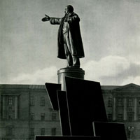 Ленин говорит с броневика. Памятник В.И. Ленину у Финляндского вокзала в Ленинграде