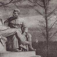 Ю.И. Белостоцкий, Г.И. Пивоваров и Э М. Фридман. В.И. Ленин и И.В. Сталин в Горках. (Бетон и мраморная крошка. 1939)