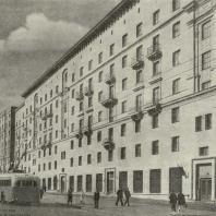 Жилой дом, построенный по проекту арх. Л.О. Бумажного (1-я Мещанская улица, .Ni 87—99). Первая премия.