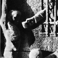 """Бухенвальд. Ханс Кииз. Рельеф первой стелы """"Строительство лагеря"""""""