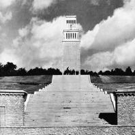 Бухенвальд. Вид на Улицу Освобождения, памятник и Башню Освобождения со стороны восточной круглой гробницы