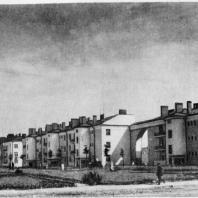Трехсекционный дом в начале Тракторной улицы