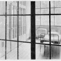 Больница имени С.П. Боткина в Ленинграде. Однокоечная палата-бокс; вид из центрального коридора павильона