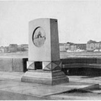 Мемориальная доска-стела крейсера «Аврора». Фотография стелы с близкой к эскизу точки зрения