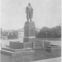 Памятник В.И. Ленину в Казани; вид спереди