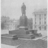 Памятник В.И. Ленину в Казани; вид сзади
