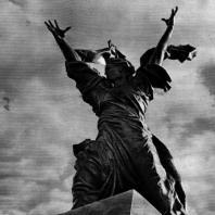 13. В. Б. Топуридзе. Победа. Скульптура на фронтоне здания театра в Чиатуре. 1950