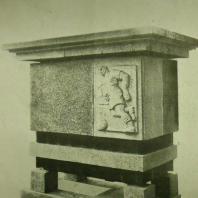 Жилой дом Ленинградского Совета. Деталь стилобата — ваза (серый гранит)