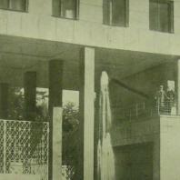 Жилой дом Ленинградского Совета. Фонтан и решетка