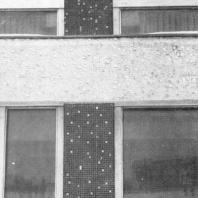 Московский Дворец пионеров. Фрагмент фасада. Облицовка импостов и карниз