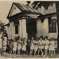 Рис. 17. Бывший помещичий дом в колхозе Винницкой области, используемый под детские ясли