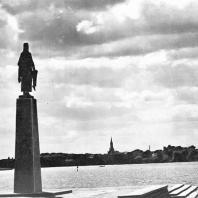 Равенсбрюк. Вид на Главный монумент и город Фюрстенберг