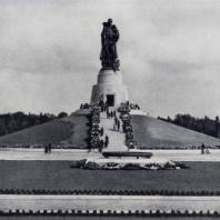 Е.В. Вучетич. Памятник воинам Советской Армии, павшим в боях с фашизмом. Бронза. 1949 г. Берлин