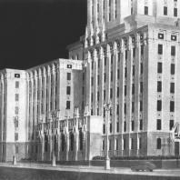 Фрагмент бокового фасада здания гостиницы «Ленинградская» на Комсомольской площади. Модель