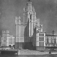 Фасад жилого корпуса здания на Котельнической набережной со стороны Москва-реки