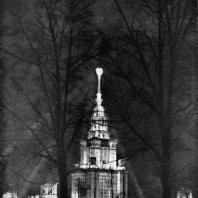 Московский Государственный Университет им. Ломоносова. Вид здания университета при ночном освещении