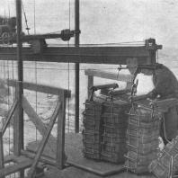 Дырчатый кирпич, доставленный к месту работ в контейнерах