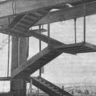 Металлическая лестница монтируется одновременно с каркасом