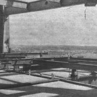 Вид на город в рамке каркаса здания