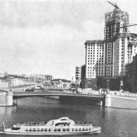 Здание на Котельнической набережной со стороны реки