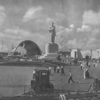 Всесоюзная сельскохозяйственная выставка. Площадь механизации. В.А. Андреев и И.Г. Таранов. 1939