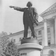 Ленинград. Памятник В.И. Ленину у Смольного. В.В. Козлов. 1927