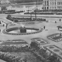 Свердловск. Сквер на Площади труда. Площадка у фонтана